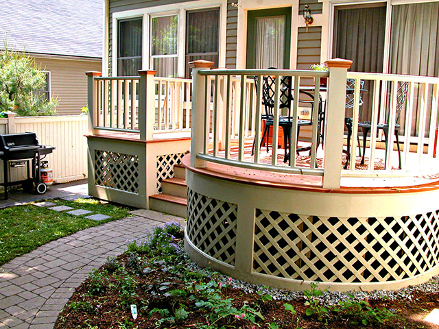backyard-entertainment-area-with-deck