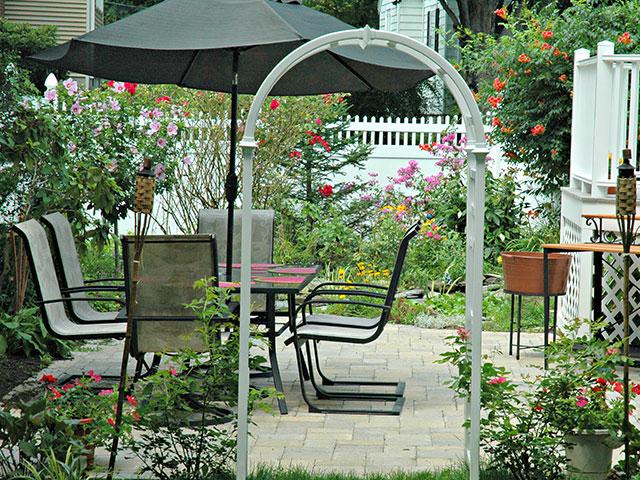 backyard-entertainment-area-with-garden