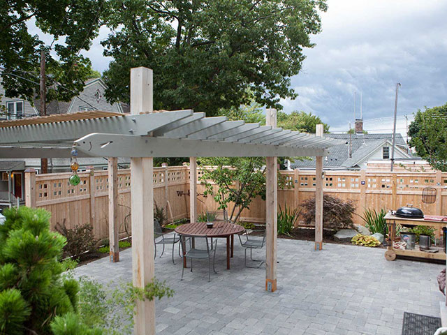 backyard-entertainment-area-with-pergola