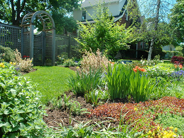 Welcoming-front-yard-with-garden.jpg